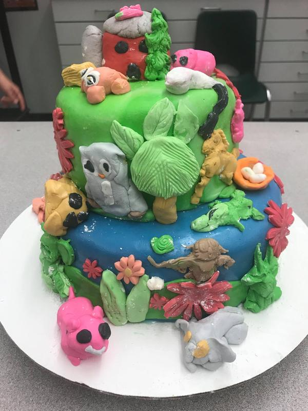 This farm scene cake features many animals.
