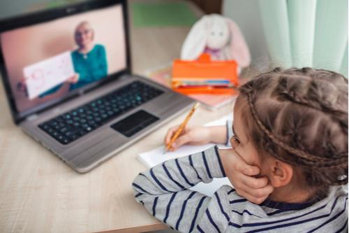 District plans for comprehensive online instruction model/Distrito planea un modelo integral de instrucción en línea Featured Photo