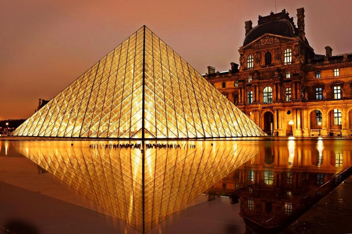 Photo: Louvre Museum at night